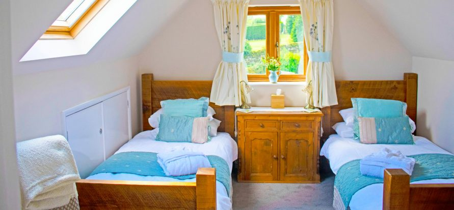 Twin bedroom with private external bathroom